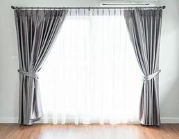Fenster mit grauen Vorhängen