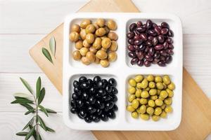 Draufsicht von Oliven Vorspeisen auf einem Teller