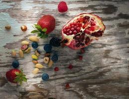Granatapfelkerne und Nüsse foto
