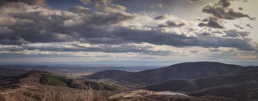 Panorama von Bergen und einem schönen Himmel foto