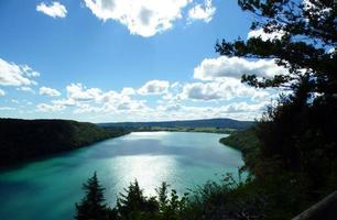Blick auf den Lac de Chalain in Frankreich