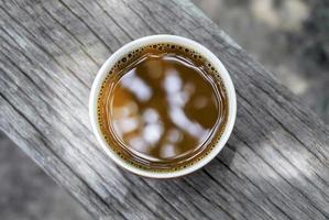 Draufsicht auf einen braunen heißen Kaffee