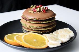 Pfannkuchen mit geschnittenen Früchten