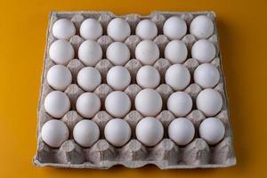 weiße Eier auf gelbem Hintergrund foto