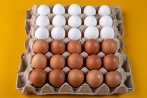braune und weiße Eier foto