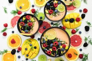 verschiedene Früchte in Schalen