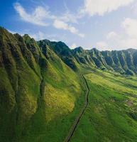 grüne grasbewachsene Berge in Hawaii