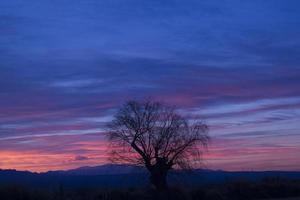 ruhiger bunter Sonnenuntergang