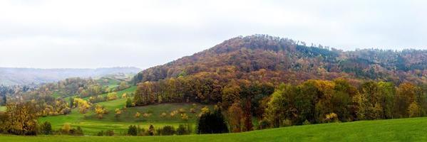 neblige Hügel im Herbst