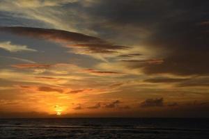 Blick auf einen dramatischen Sonnenuntergang