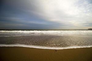 Blick auf einen Strand bei Sonnenuntergang