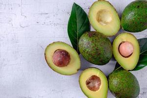Avocado und Avocadoblätter