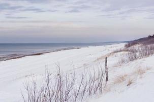 schneebedeckte Stranddünen