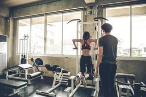 Frau, die mit Personal Trainer trainiert