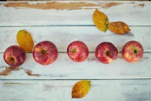 Draufsicht von roten Äpfeln auf einem Tisch
