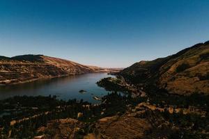 Fluss zwischen Bergen foto