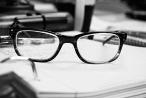 Nahaufnahme von Gläsern auf einem Stapel Papier