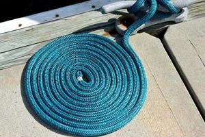 Liegeplatz und blaues Seil foto