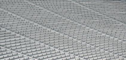 Sitzplätze in einem leeren Stadion
