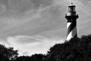 historischer Leuchtturm hinter den Bäumen foto