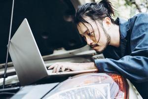 Automechaniker bei der Fahrzeuginspektion in der Garage
