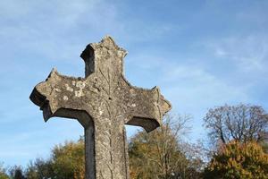 religiöses Kreuz gegen blauen Himmel foto