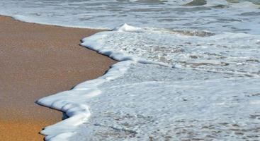 Wellen krachen am Strand foto
