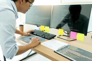 Programmierer bei der Arbeit mit der Entwicklung der Programmierung foto