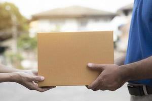 Frauenhand, die eine Lieferung annimmt foto