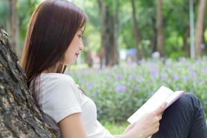 Frau liest Buch draußen