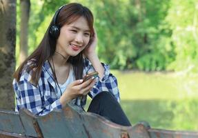 Frau, die Musik auf Smartphone hört foto