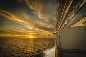 Sonnenuntergang auf einem Kreuzfahrtschiff foto