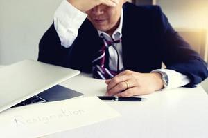 Geschäftsmann fühlt sich traurig und enttäuscht foto
