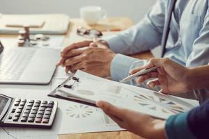 Geschäftsleute sprechen über Grafiken