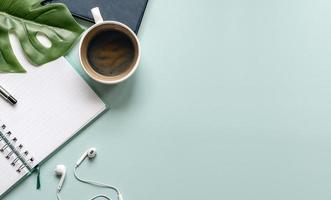 Draufsicht auf einen Arbeitsbereich auf einem blauen Schreibtisch foto