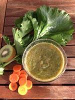 gesunder Smoothie und Gemüse foto