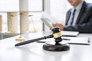 Anwalt arbeitet an einem Dokument im Gerichtssaal
