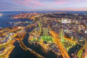 Skyline der Stadt Yokohama von oben bei Sonnenuntergang