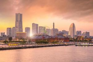 Skyline der Stadt Yokohama bei Sonnenuntergang