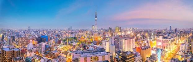 Blick auf die Skyline der Innenstadt von Tokio bei Sonnenuntergang foto