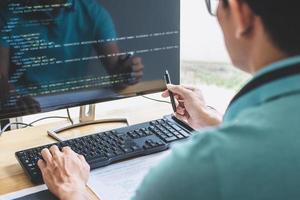 junger professioneller Programmierer, der bei der Entwicklung von Programmen und Websites arbeitet, die in einem Büro eines Softwareentwicklungsunternehmens arbeiten