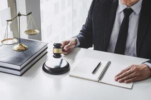 Anwalt arbeitet mit Vertragspapieren