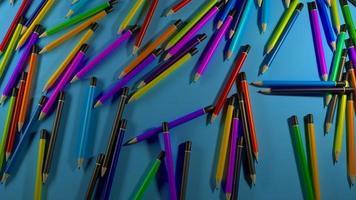 bunte Stifte auf blauem Hintergrund