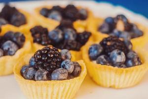 kleine Torten mit Brombeeren und Blaubeeren