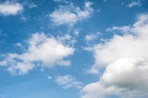 weiße Wolken und blauer Himmel foto