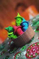 kleine süße bunte Schneemänner aus Plastilin