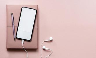 Draufsicht-Smartphone-Modell auf einem rosa Hintergrund foto