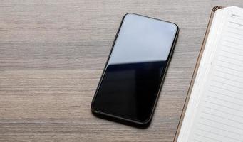 Draufsicht auf ein Smartphone und ein Notebook foto