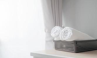 gerollte weiße Handtücher in einem Korb