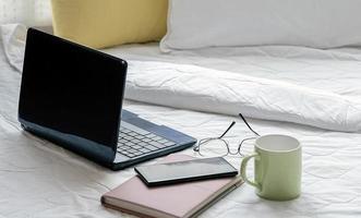 Arbeit von zu Hause aus auf einem Bett